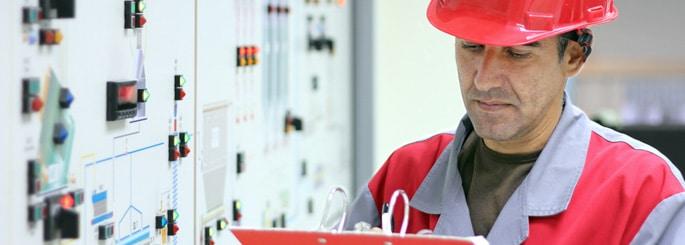 un expert réalise un diagnostic de qualité énergie
