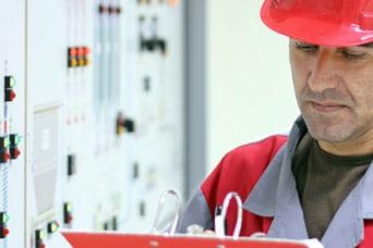 un expert réalise un audit énergétique