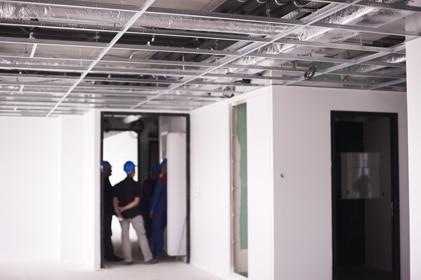 Ouvriers visitant un immeuble en chantier