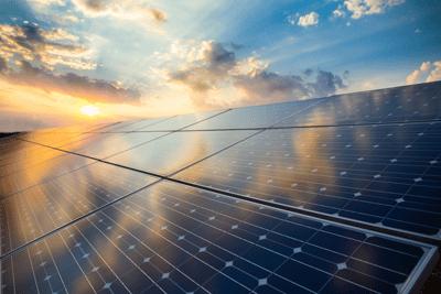 panneaux photovoltaiques soleil couchant
